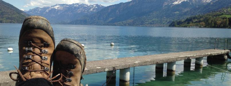 Wanderschuhe mit Thuner See im Hintergrund