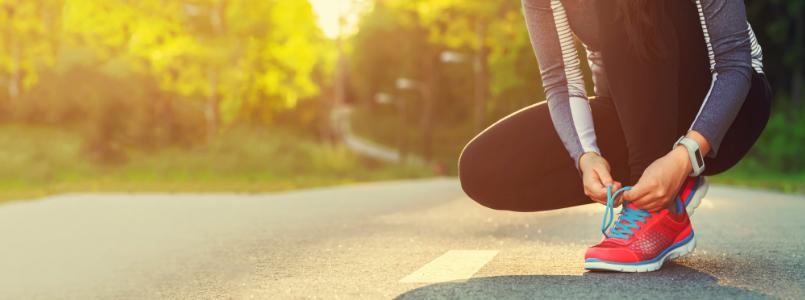 Joggerin schnürt sich die Schuhe